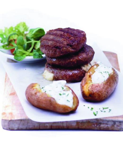 Jehněčí burger s mozzarellou, pečenou bramborou a salátem