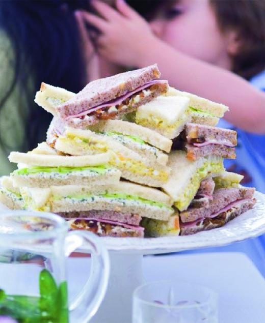 Čajové sendviče s karamelizovanou cibulí