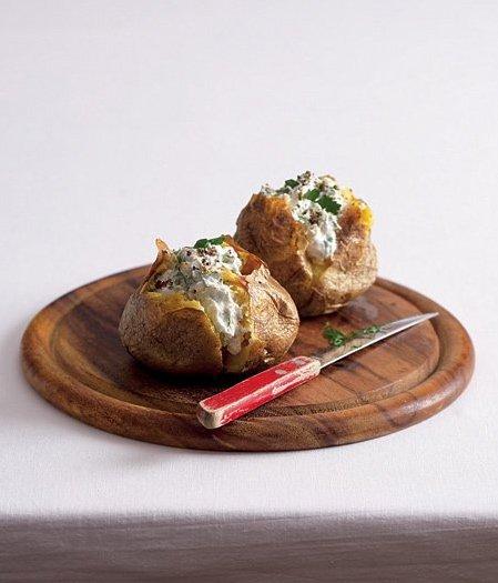 Pečená brambora s česnekem a bylinkami
