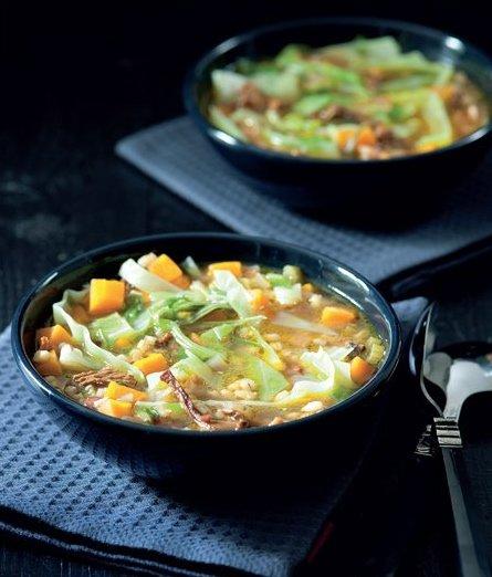 Zelná polévka s houbami a kroupami