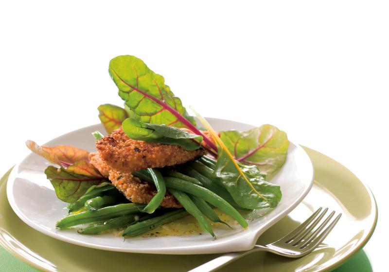 Fazolkový salát s kuřetem obalovaným v kuskusu