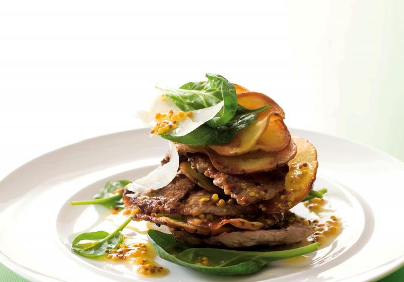 Salát s telecím a křupavými bramborami