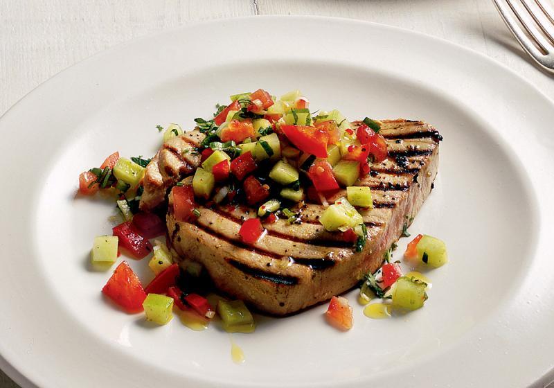 Tuňákové steaky s okurkovým salátem