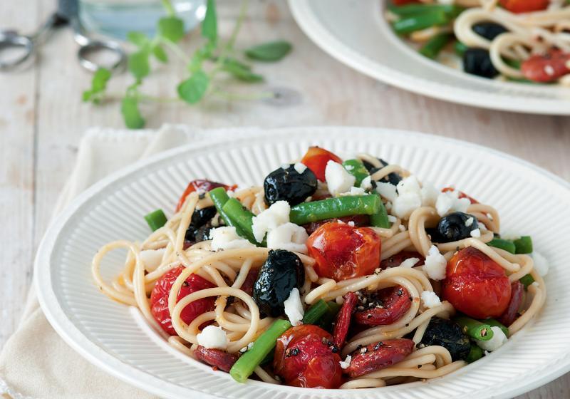 Letní špagety s rajčaty, kozím sýrem a fazolkami