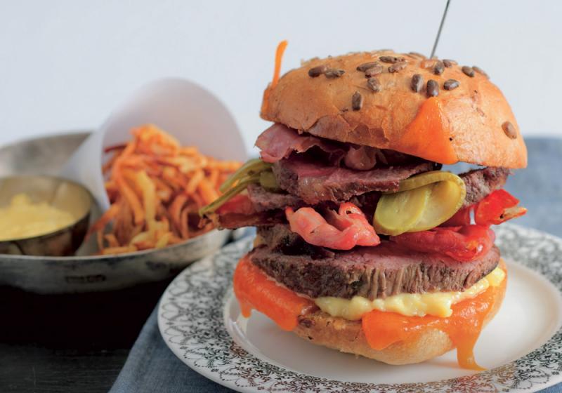 Burger s hovězím steakem, sýrem a sušenou šunkou