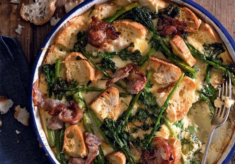 Zapečená brokolice s chlebem a slaninou