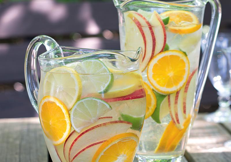 Perlivá bílá sangria s citrusy
