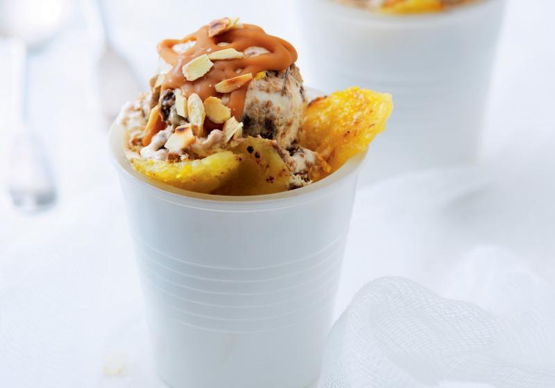Kávová zmrzlina s banány a karamelem