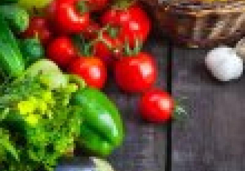 Klobásky se zelným salátem s ovocem