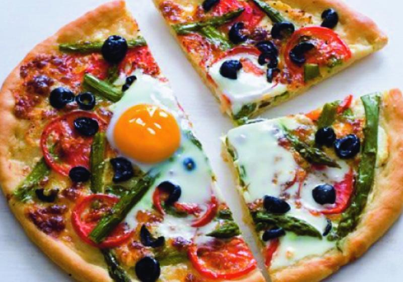 Pizza s vejci a chřestem