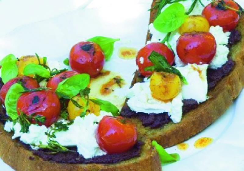 Chléb s pečenými cherry rajčátky