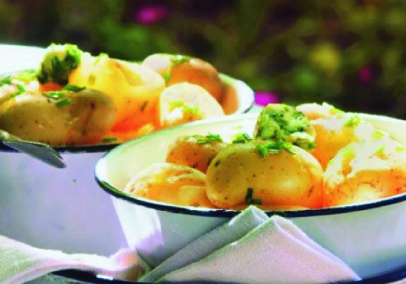 Nové brambory s citronovo-pažitkovým máslem