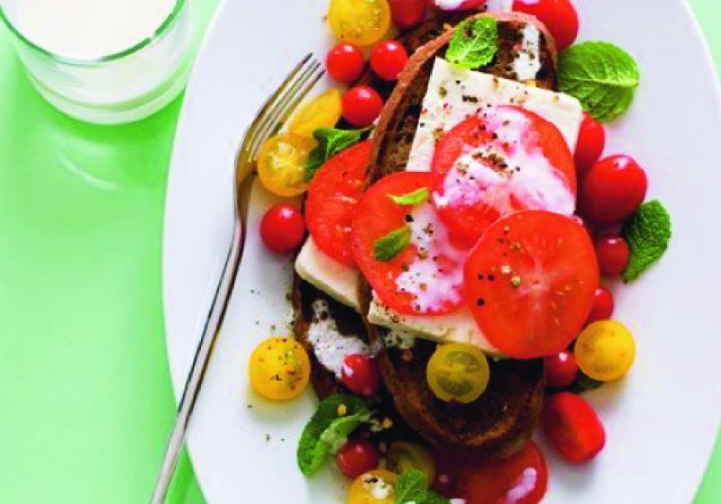 Rajčatový salát se sýrem feta a kořeněnými topinkami
