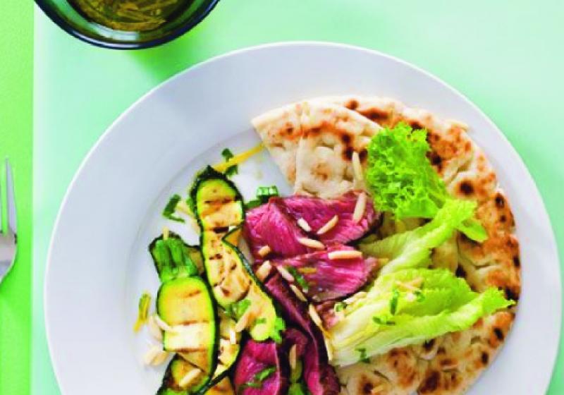 Salát s grilovaným masem a pitou