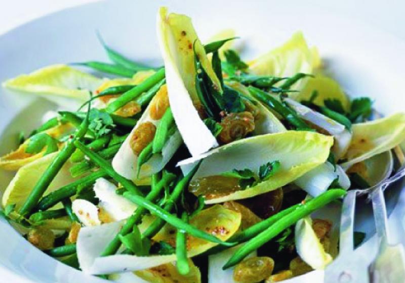 Salát s čekankou, rozinkami a fazolkami