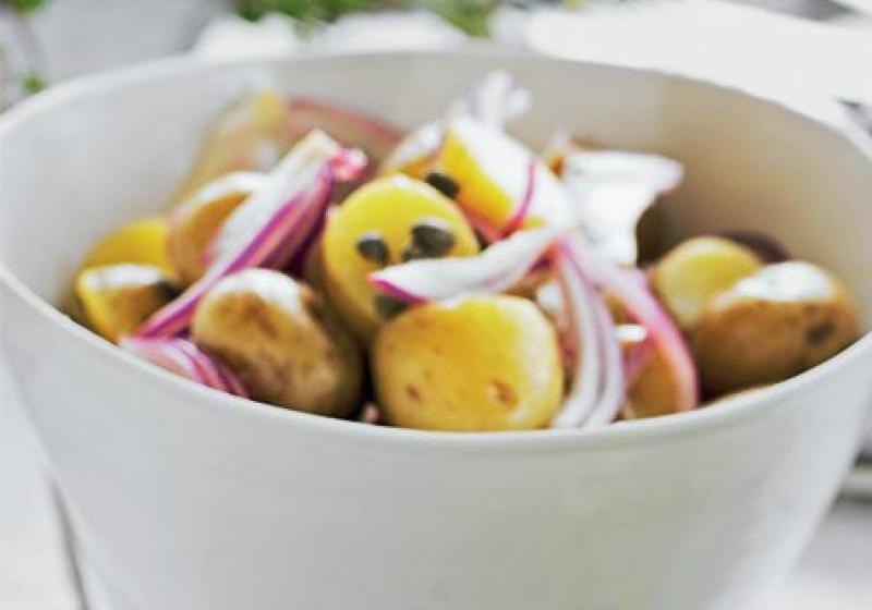 Salát z nových brambor