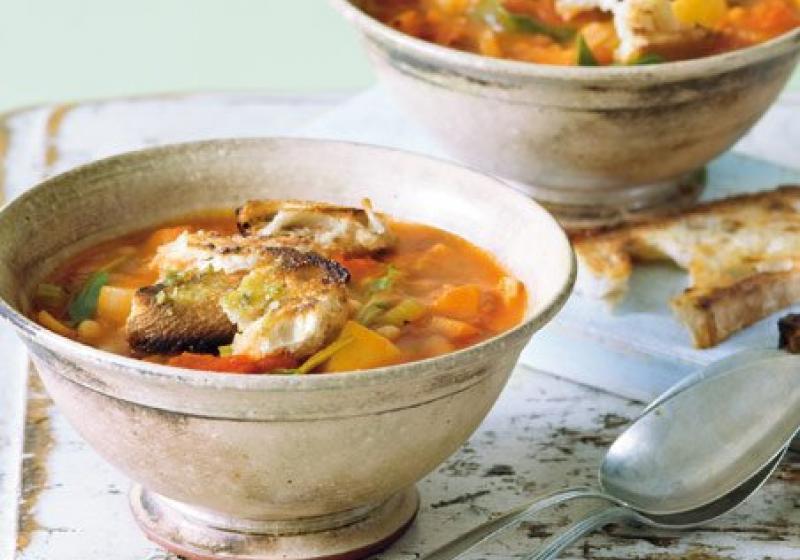 Zimní minestrone s bylinkovými krutony