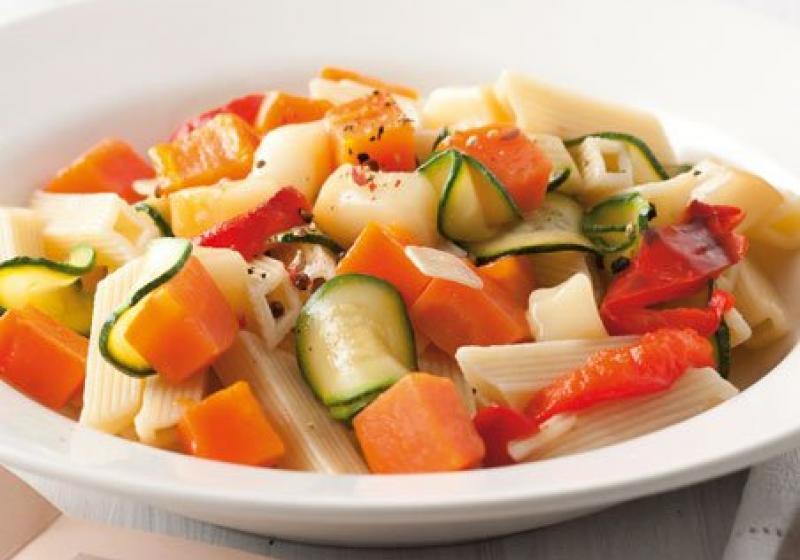 Pennette s uzeným sýrem a zeleninou
