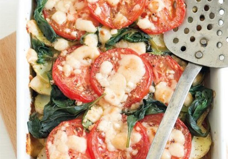 Zapečená rajčata s bramborami a bazalkou