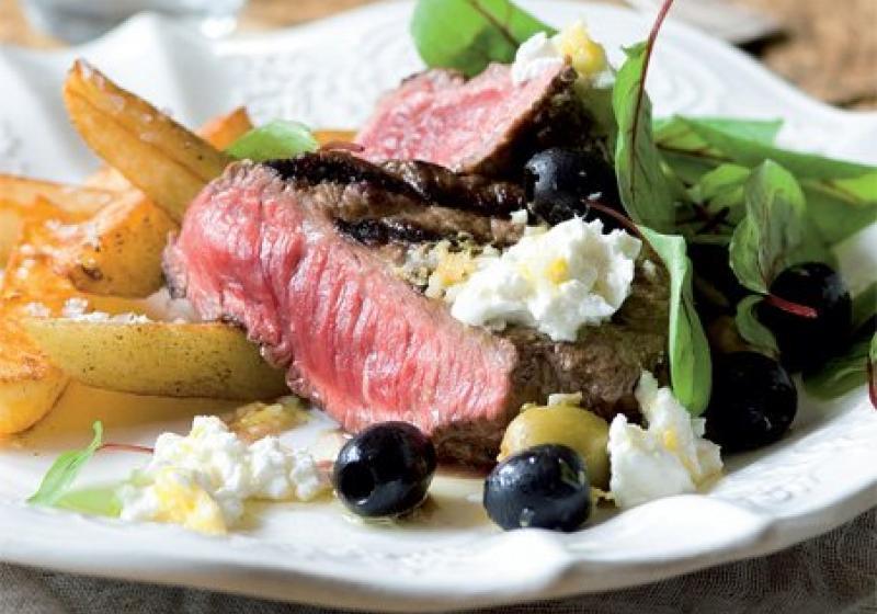 Steak se zálivkou z kozího sýra a oliv