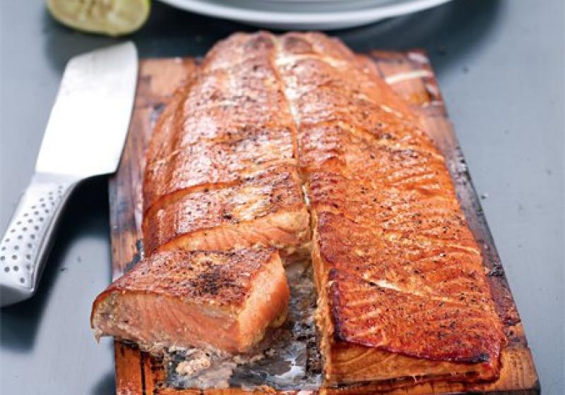 Grilovaný losos na cedrovém prkénku