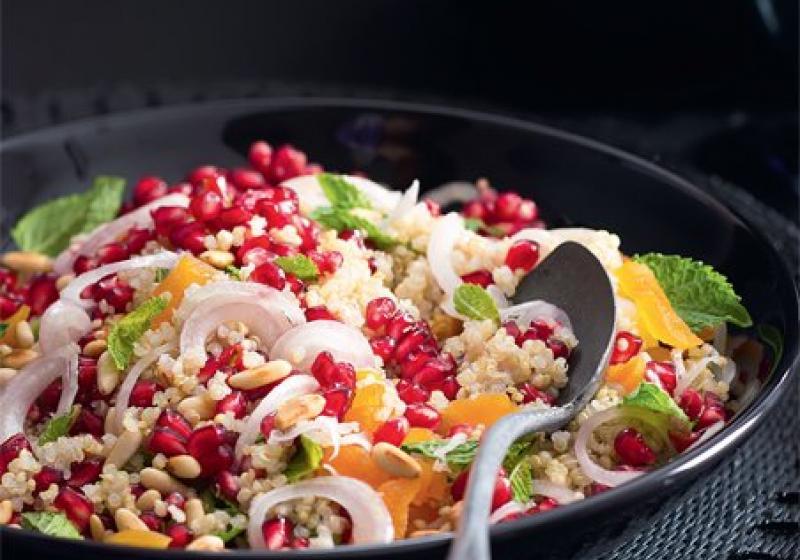Salát s quinoou a granátovým jablkem