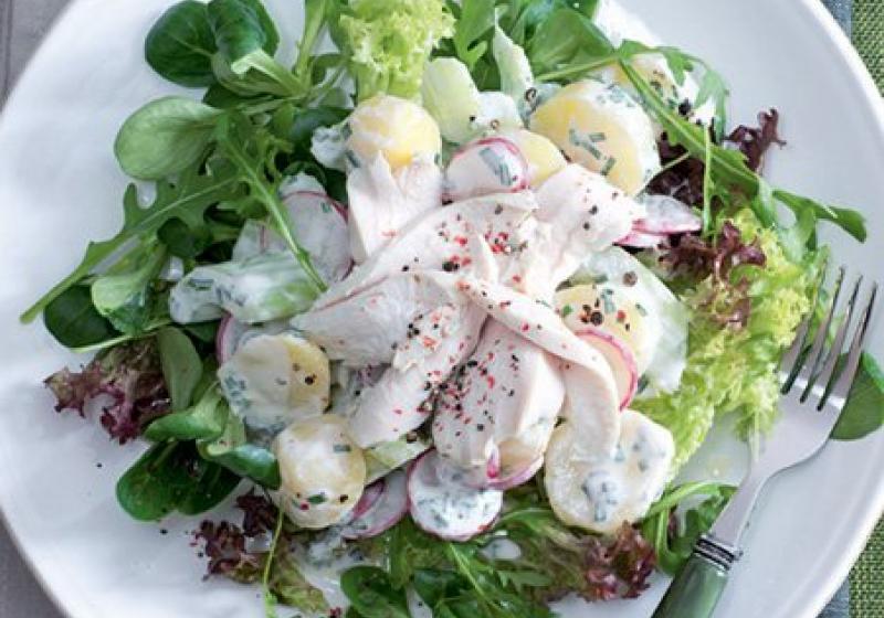 Salát s pošírovaným kuřetem