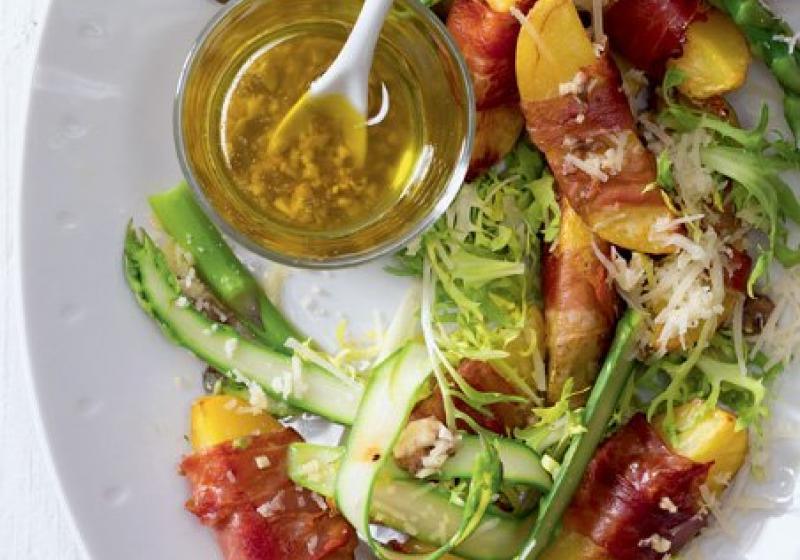 Salát z pečených brambor s prosciuttem a chřestem