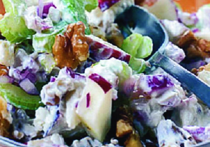 Jablečný salát à la waldorf v bramborách
