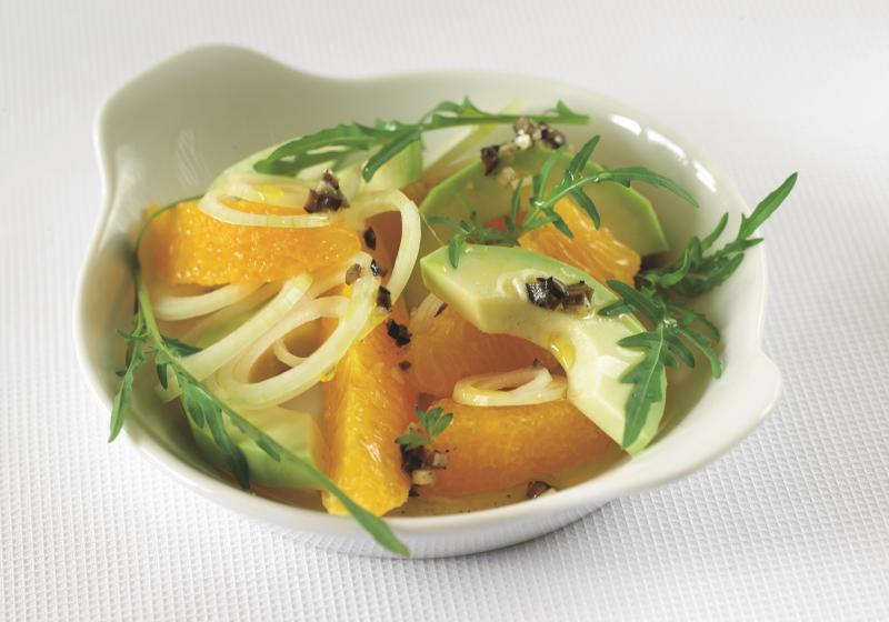 Avokádovo-pomerančový salát s černými olivami