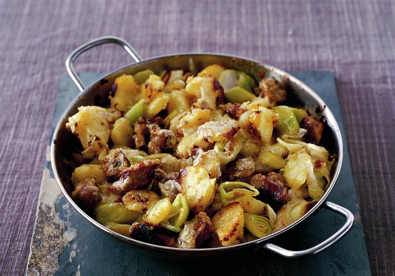 Opékané brambory s pórkem a uzenkami