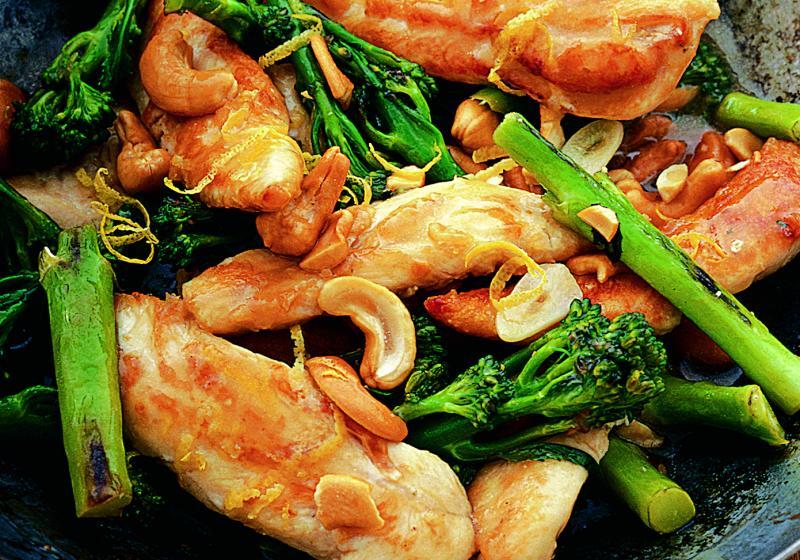Kuře s brokolicí, citronem a kešu