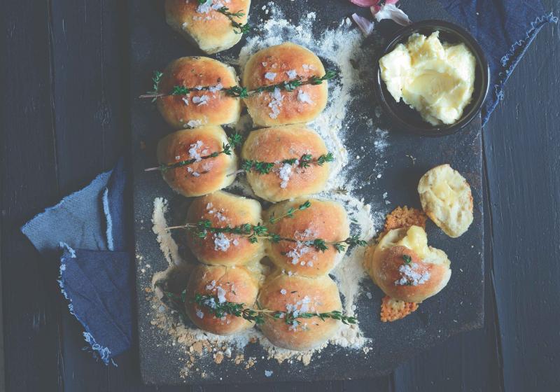 Bulky s tymiánem a s česnekovým máslem