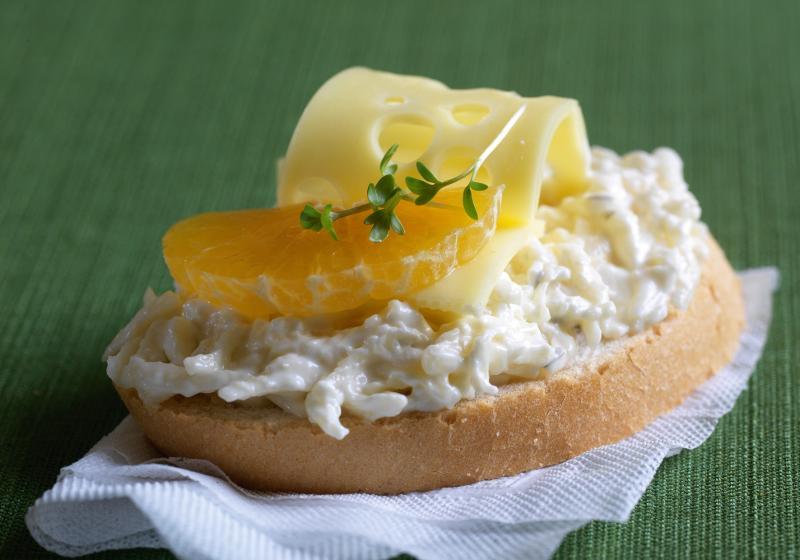 Chlebíčky se sýrovo-česnekovou pomazánkou