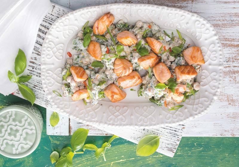 Cizrnový salát s jogurtem a lososem