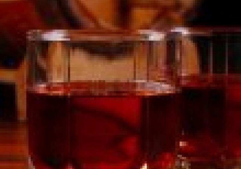Kamenné kostky chladí whisky déle než led