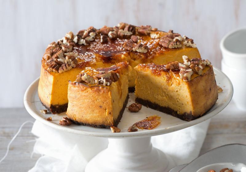 Dýňový cheesecake s karamelovou krustou a pekanovými ořechy