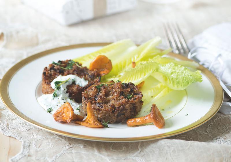 Houbové koláčky s kroupami a česnekovým dipem