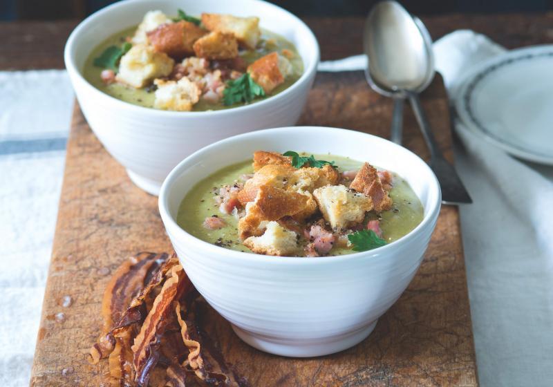 Hrachová polévka s opečenou slaninou a houstičkami
