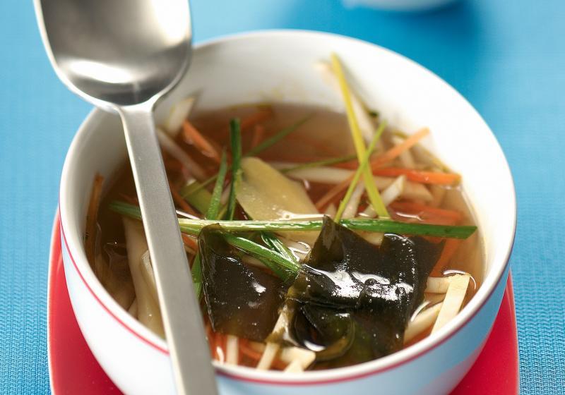 Japonská polévka miso s mořskou řasou wakame