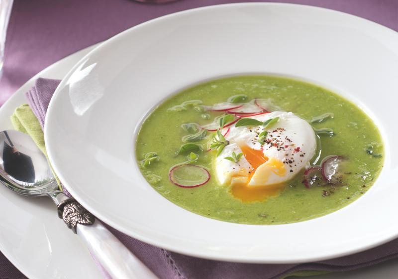Hrášková polévka se ztraceným vejcem a ředkvičkami