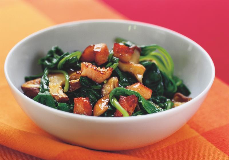 Salát z čerstvého špenátu, hub a slaniny
