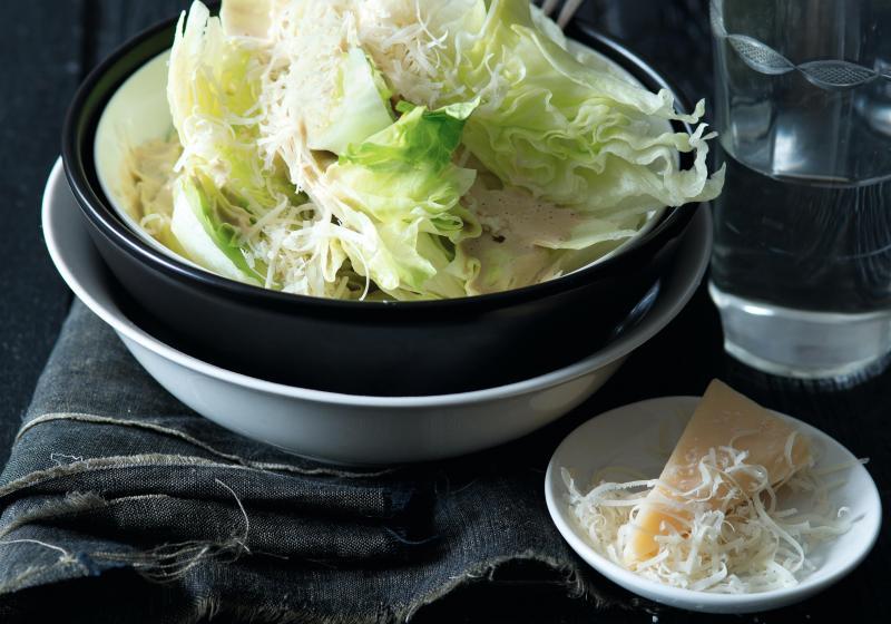 Klínky ledového salátu s rafinovanou zálivkou