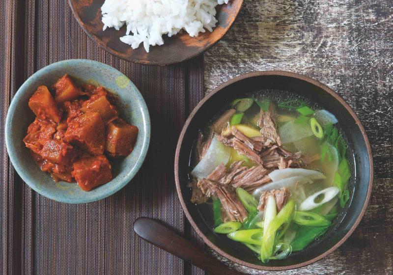 Korejská hovězí polévka s černou ředkví a domácí kimči