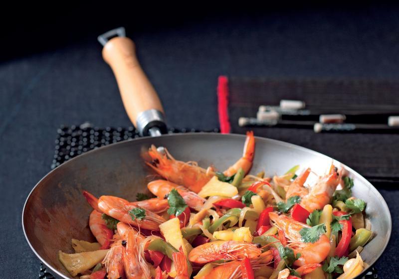 Krevety s ananasem, paprikami a rybí omáčkou