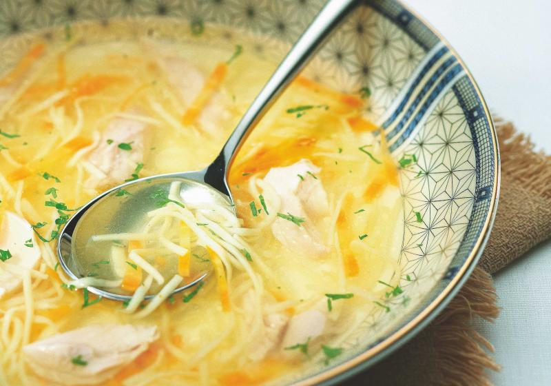 Kuřecí polévka se zeleninou a nudlemi
