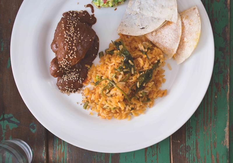 Kuře s omáčkou mole a červenou rýží
