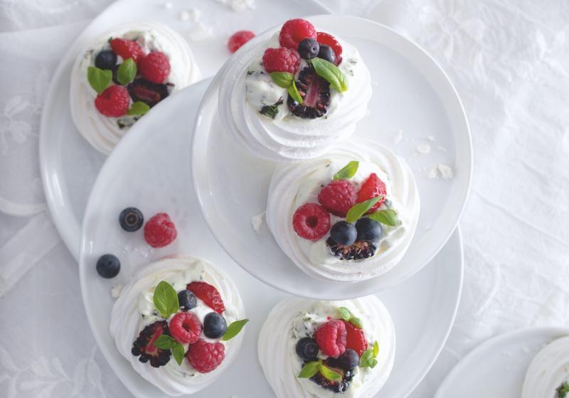 Minipavlova s bazalkovou šlehačkou a čerstvým ovocem