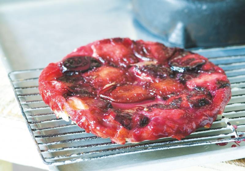Obrácený švestkový koláč s marcipánem