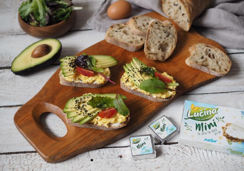 Avokádový chlebíček s míchanými vajíčky
